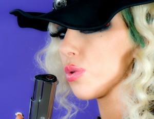 fille au pistolet